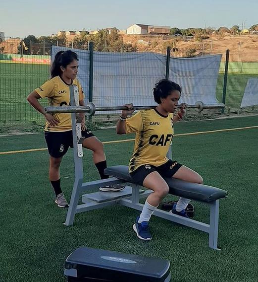 Milenka Gavilán entrenando por Coquimbo Unido junto a su compañera de equipo, que levanta la barra. Imagen: Instagram Coquimbo Unido Fútbol Femenino.