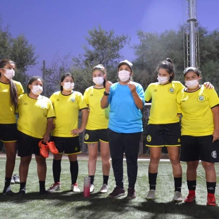 Paola Mendoza, DT de Lautaro de Buin femenino (de celeste) junto a las jugadoras en entrenamiento. Imagen: Comunicaciones Lautaro de Buin femenino.