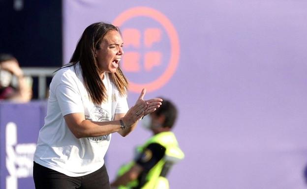 María Pry dirigiendo al Levante UD femenino durante la final de la Copa de la Reina. Imagen: Las Provincias.es