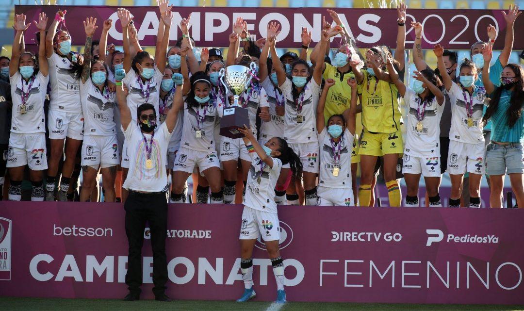Santiago Morning levantando la copa después de haber conseguido su tricampeonato nacional. Imagen: ANFP.cl