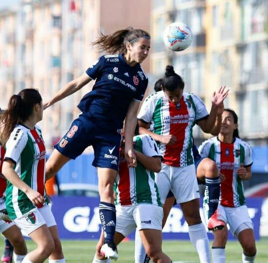 Fernanda Ramírez cabeceando en el partido de la U ante Palestino, que empataron 2-2 el mes pasado. Imagen: Instagram U de Chile femenino.