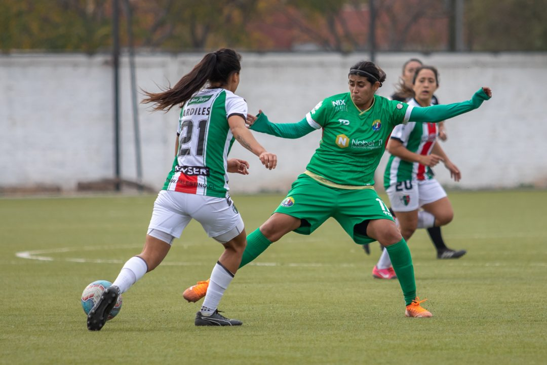 Gamboa disputando el balón con Carol Ardiles de Palestino en la segunda fecha del campeonato. Imagen: Audax Italiano Femenino.cl